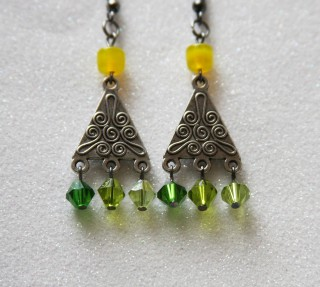 green-earrings-1071303_1280